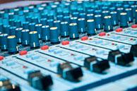 Mesa do estúdio da Diário FM